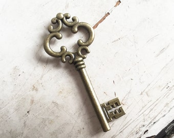 Large Vintage Style Ornate Steampunk Antique Bronze Metal Key Charm Santa UK 6