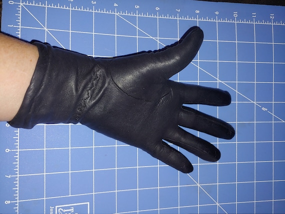Lined, black leather gloves. Women's
