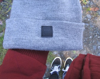 Unisex tuque (beanie) with Haloha crest - Pale grey