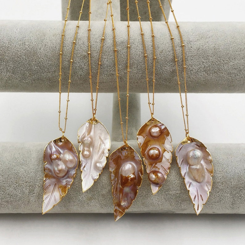 JN054 Wholesale Natural Sea Shell In Leaf Shape With Random Size Pearls Pendant Dainty Crave With Gold Bezel For Necklace