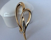 Vintage gold tone with set-in clear rhinestones heart brooch.