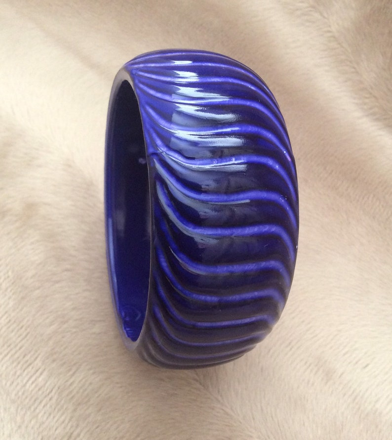 Vintage blue plastic bangle bracelet. sturdy grooved
