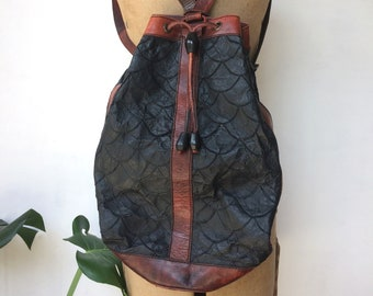 bc2382f7e973 Vintage leather backpack   black   tan   drawstring   handbag shoulder bag    70s   boho   hippy