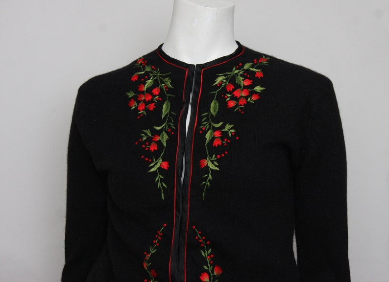 FB148 Vintage  1950s Cardigan with hand embroidered red and green flowers 34