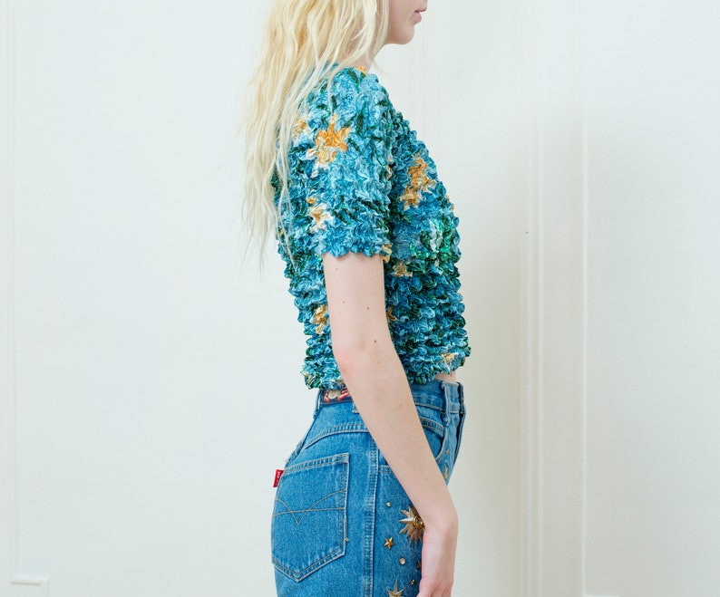 flower print stretch blouse simple crinkle top minimalist top 90s scrunchie shirt blue floral print micropleat popcorn top