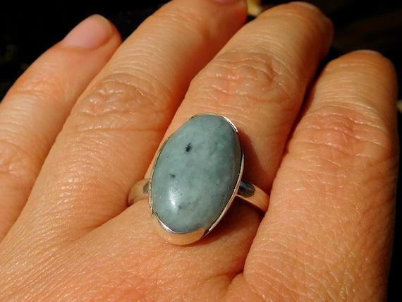 Anillo de jade de Guatemala montado en plata adorno de puntos Guatemala jade ring set in silver Bague de jade du Guatemala en argent