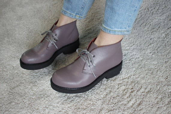 Chukka cuir Bottes femme, personnalisé lacets bottes d'hiver avec fourrure, bottes de désert, chaussures violet gris cravate à la main, en cuir