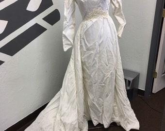 076ea384ad1 Vintage 1965 long sleeved white velvet wedding dress gown size 10