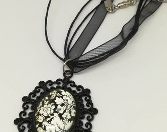 Pendants way cameo on organza Choker