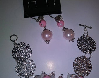 Bracelet with pink bunches earrings.