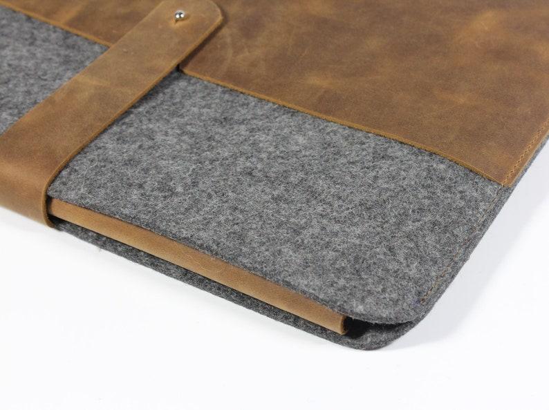 MacBook Case aus braunem Leder mit grauem Wollfilz  Tasche f\u00fcr MacBook Pro handgefertigt aus Leder und Filz  Made in Berlin