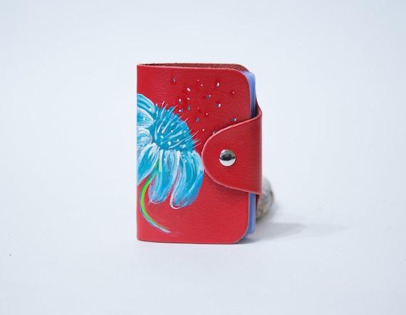 Rouge porte carte en cuir avec motif floral peint de couleurs