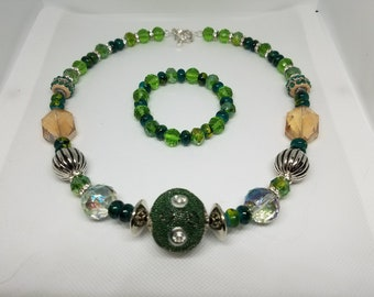 Green & silver colored beaded necklace 18in.