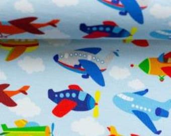 Lichtblauwe tricot stof met vliegtuigjes