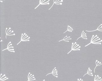 Coupon: Grijze stof met witte paardebloemen. Interlock jersey