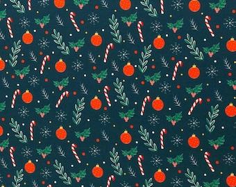 Kerst tricot stof met kerstballen en hulstbladeren