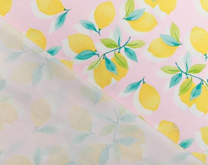 Roze tricot stof met citroenen. Fruit tricot