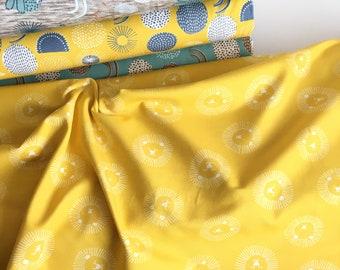 Gele tricot stof met witte leeuwen