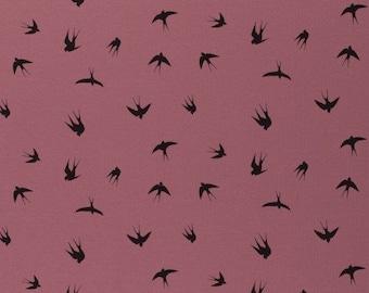Roze stof met vogels. Interlock jersey. Zwaluwen stof