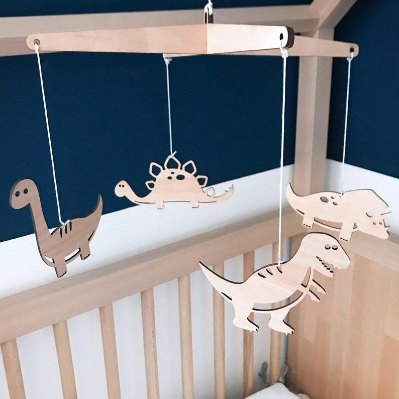 Mobile en bois personnalisable Dinosaure - Créatrice ETSY : RonWoodiy