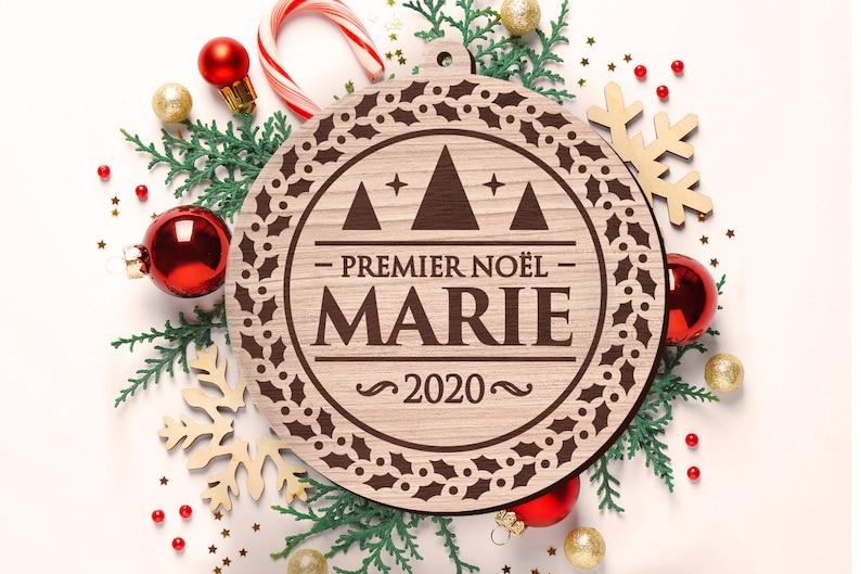 Boule en bois de Noël avec gravure Premier Noël - Créatrice ETSY : RonWoodiy