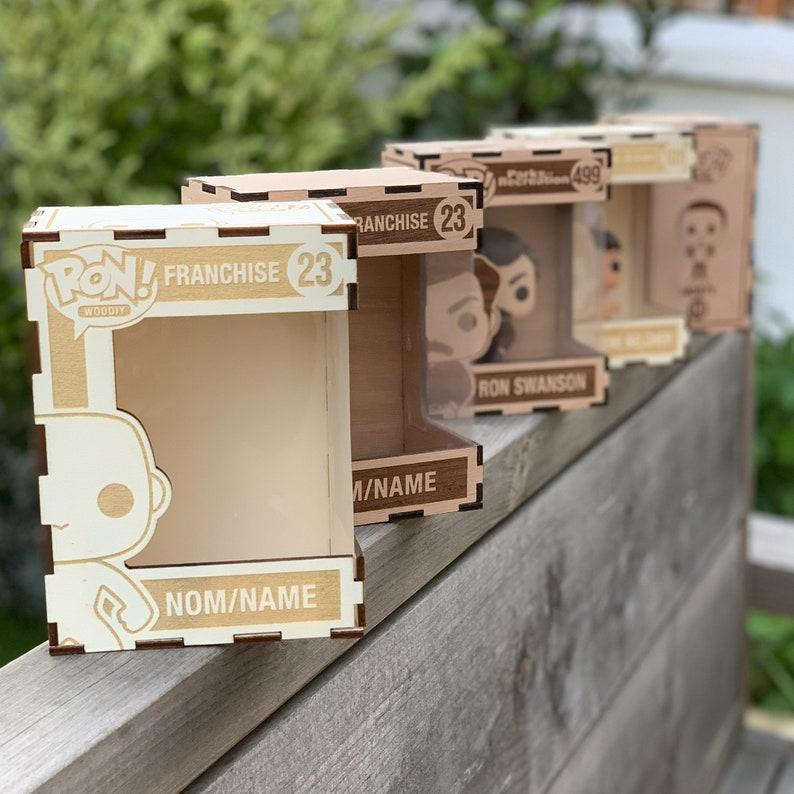 Boite personnalisable en bois pour figurine - Créatrice ETSY : RonWoodiy