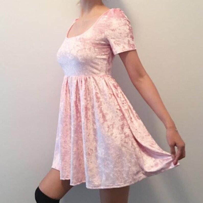 5f388be408fb Mercoledì addams vestito rosa di velluto