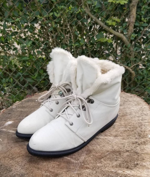 Sz. 8 Womans White Cozy Ankle Booties Lace Up Ankl