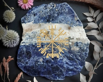VEGVISIR engraved on sodalite and hand painted. Stone engraved on natural stone of sodalite and gilded by hand.