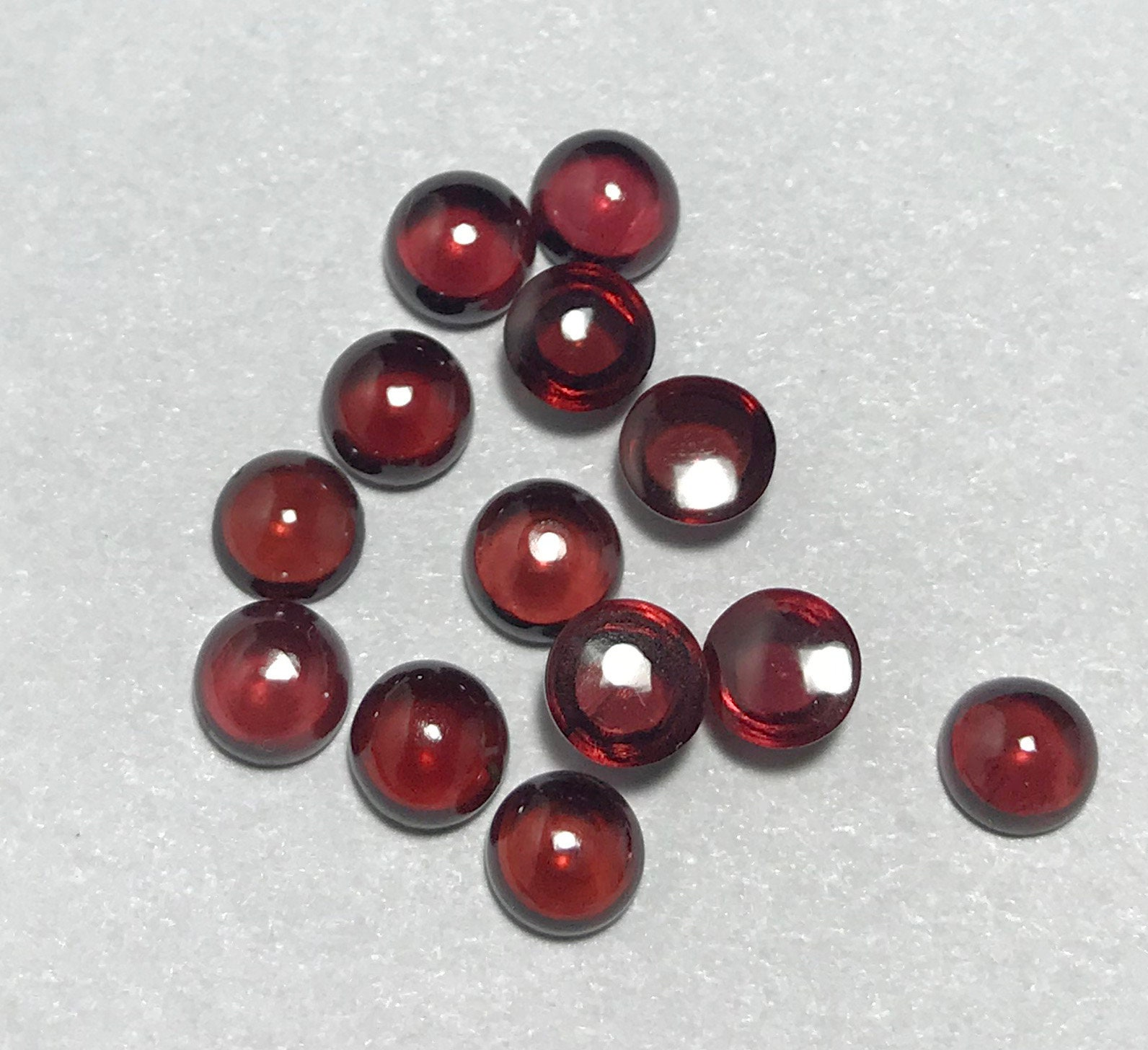 10 pièces 8mm grenat Cabochon rond   AAA grenat Mozambique rouge grenat AAA 8mm ronde taxis   Cabochon 8mm   Grenat ronde taxis   Cabochon grenat rouge 6eb9e5