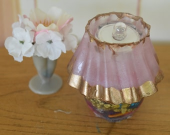 """1:6 Barbie/Doll/Dollhouse LIGHTED Lamp w/ base done w/ seashells & gold pebbles.Shade done in pink w/bronze trim.Made from resin.2 1/2"""" tall"""