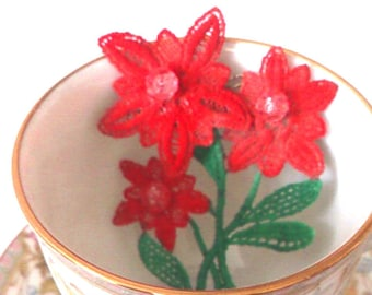 crocheted brooch, red flower,