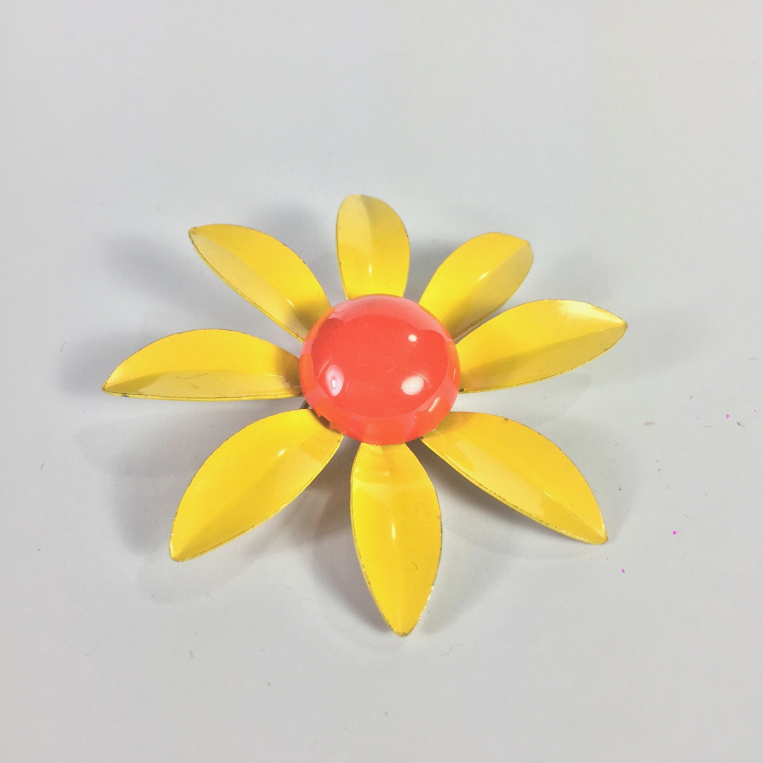 c7392a3cafb Vintage yellow DAISY flower enamel brooch Gold tone floral pin   Etsy