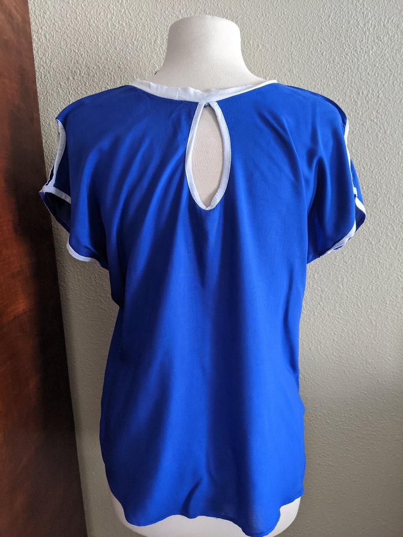 Bordada Made in  Oaxaca Mexico Blusa azul con flores blancas Blue and white embroidered blouse