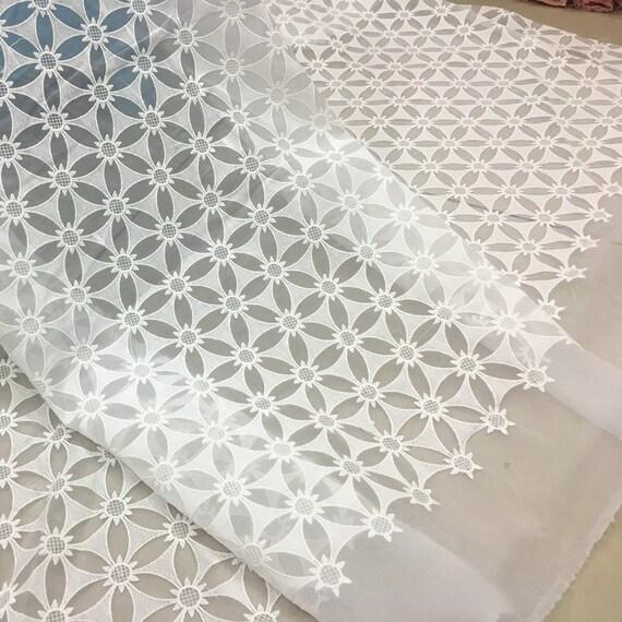 Tissu de dentelle brodée florale luxueuse de gaze blanche blanche blanche pour la robe de bricolage, robe de bal, robe Largeur 130cm 4597c8