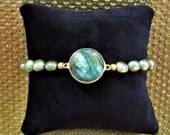 Olive Green Pearl Labradorite Bracelet, 21mm 22kt Gold plate Bezel Labradorite Faceted Coin,Gold wire & Magnet Clasp,18 pearls,One of a Kind