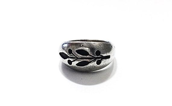 Beautiful Sterling silver ring w/ Vine design prin