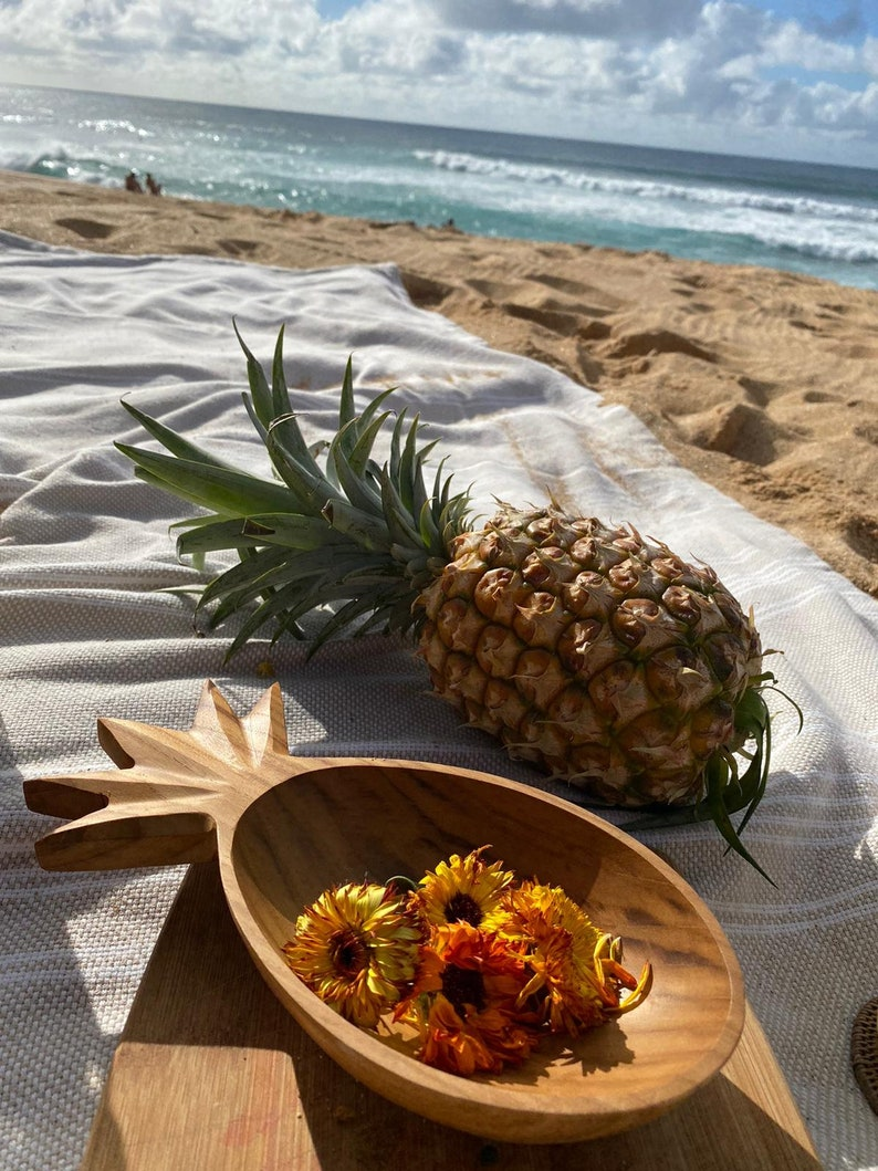 Pineapple-shaped snack bowl during a beach picnic