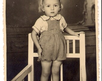 Vintage Photo girl on the chair shapshot 1945