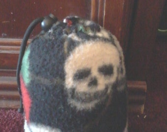 Skull and roses pipe pouch