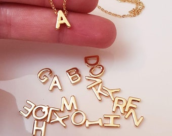 63622dc719 Aggiungere una lettera per la collana iniziale, piccolo ciondolo iniziale,  oro placcato, iniziale, Dainty, Monogram, minimalista, collana lettera