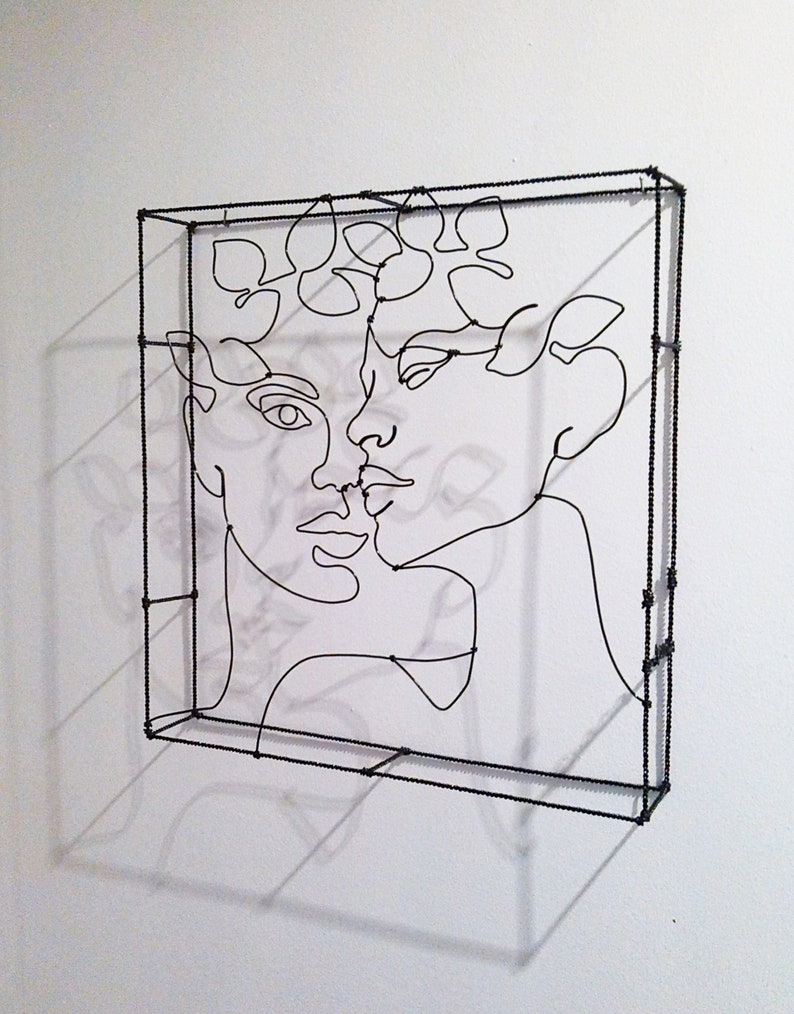 Sculpture couple woman and man in wire 2 faces adorned with crown of metal sheets Sculpture couple woman and man in wire