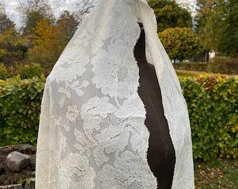 Antieke witte katoenen Victoriaanse onderjurk afgewerkt met kant.