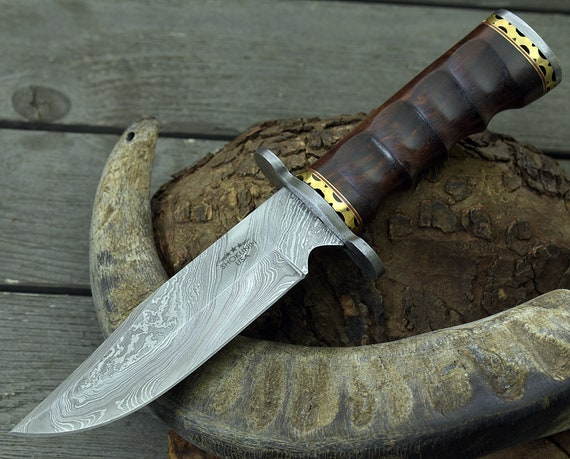 Hand forged Custom Damascus Steel Hunting knife CLASSIC BOWIE KNIFE Exotic Rose Wood Handle Damascus steel knife Leather Sheath