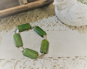 Green Wood and Hammered Metal bead stretch bracelet| Fun green wood bracelet