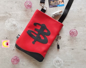 Small bag worn in shoulder strap Little Buffy inspiration The vampire slayer imitation red and black leather Sarah Michelle Gellar format XS walk
