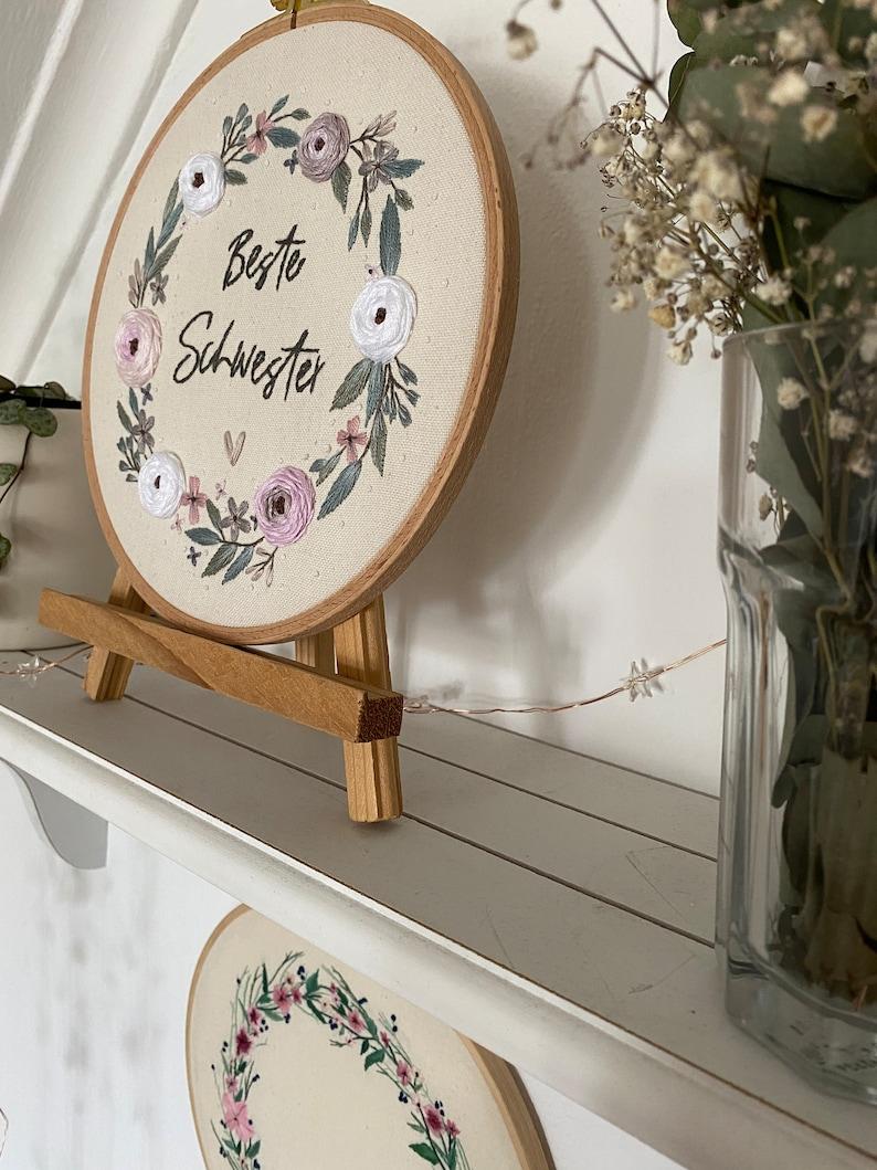 Stickbild embroidery pattern Gratisvorlage Videotutorial BLUMENKRANZ STICKVORLAGE Muttertag individualisierbar Beste SCHWESTER