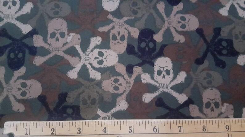 Movin/'On Camouflage Cross Bones Skulls Print Fabric Robert Kaufman #5910 1.5 Yards