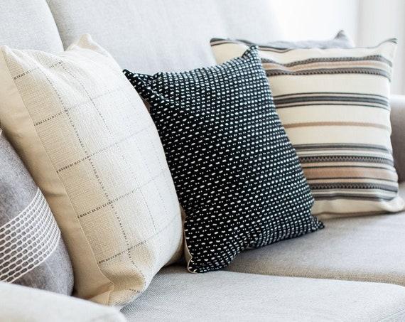 Housse de coussin décoratif en tricot noir et blanc