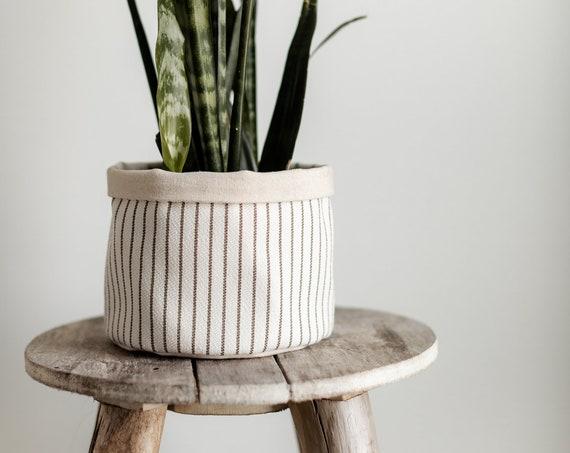 Cache pot à rayures fines à rebord doublé de canevas de coton naturel
